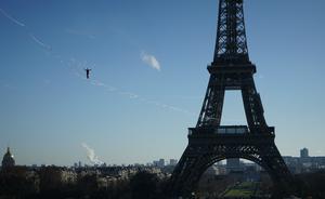 Le highliner Nathan Paulin parcourant les 650 mètres entre la tour Eiffel et le Trocadero