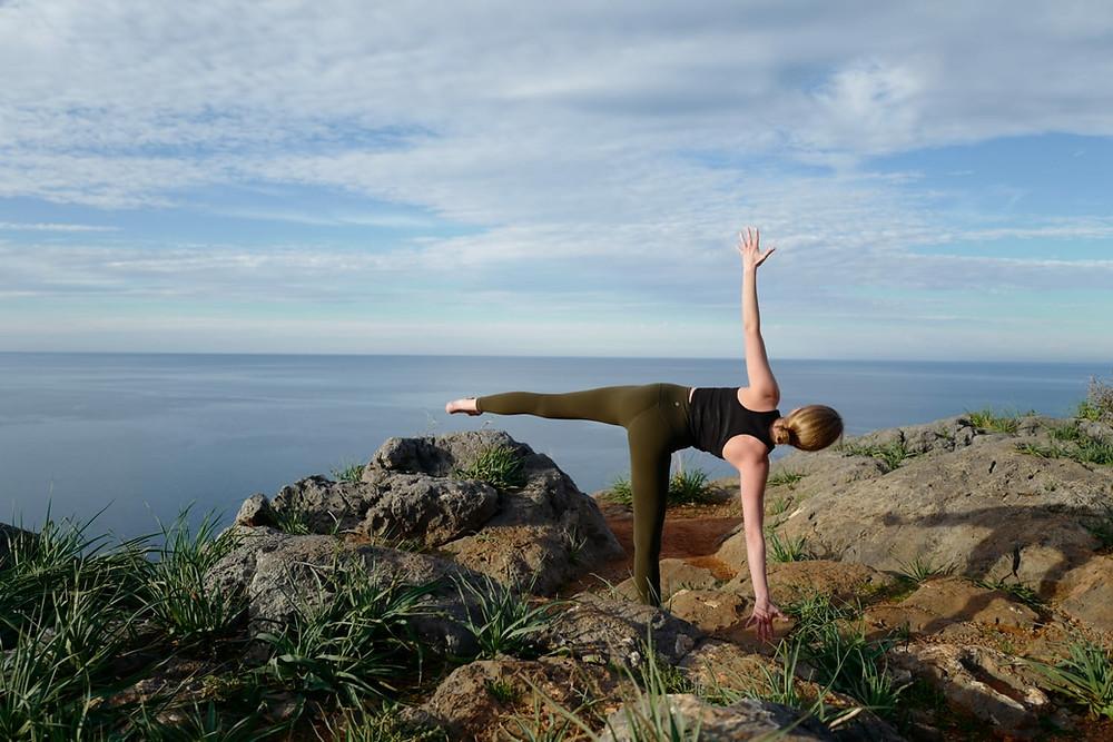 Yoga Figur des Halbmond