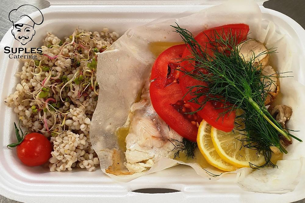 Sandacz pieczony w pergaminie z warzywami i sosem cytrynowym, do tego kasza lub ryż,
