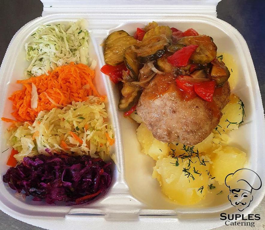 Kotlet siekany z sosem baskijskim, ziemniaki/frytki/kasza/ryż, surówki