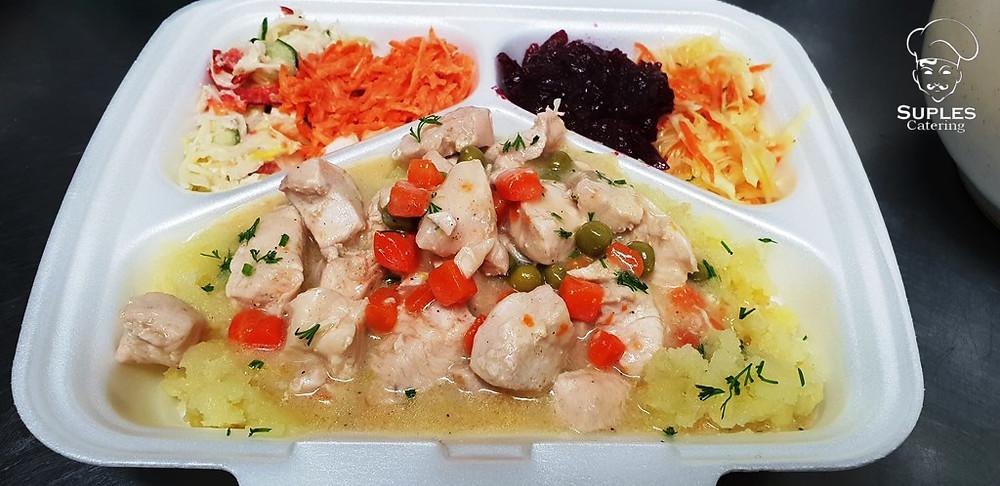 Potrawka z kurczaka z marchewką i groszkiem, ziemniaki/frytki/kasza/ryż, surówki
