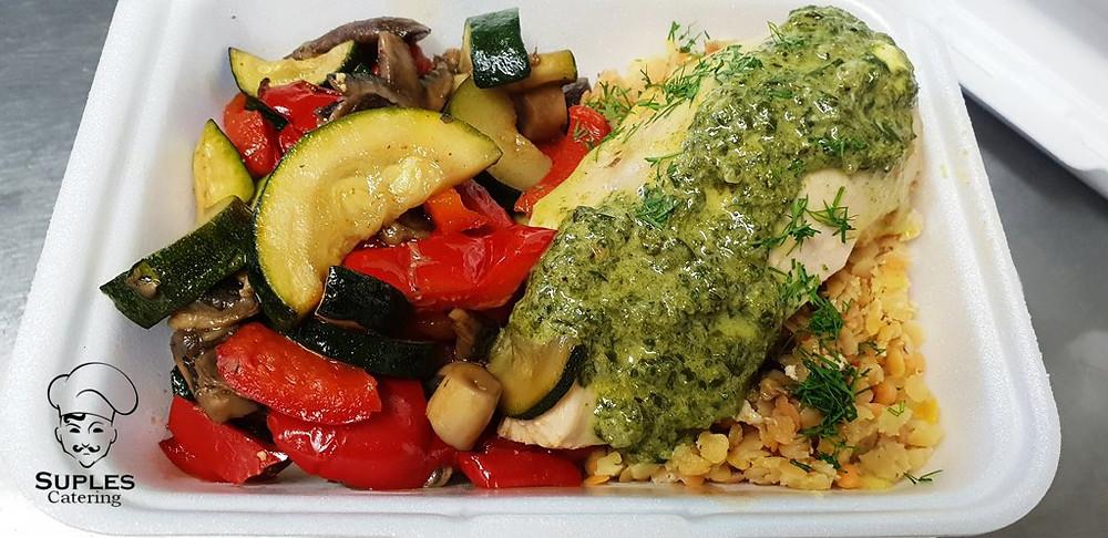 Polędwiczki drobiowe ze szpinakiem, do tego warzywa grillowane, ryż lub kasza
