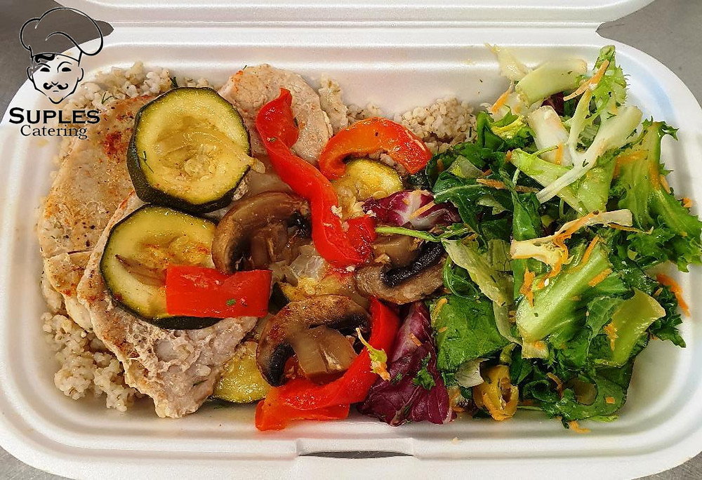 Schab duszony z warzywami, ryz lub kasza, mix sałat