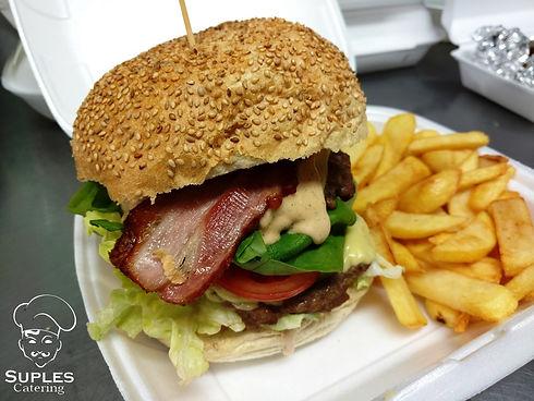 Burger_wołowy_z_frytkami_2.jpg