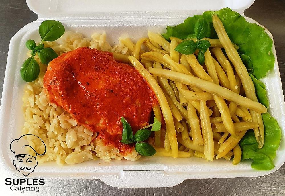 Pierś faszerowana suszonymi pomidorami, do tego makaron pene, fasolka szparagowa