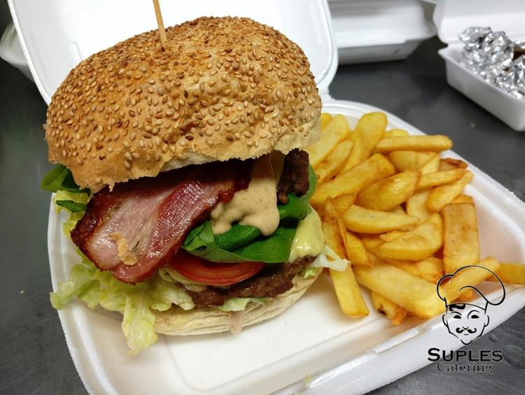 Burger_wołowy_z_frytkami.jpg