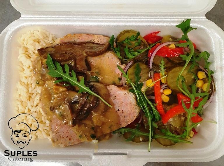 Rolada mięsno-ryżowa, do tego kasza lub ryż i sałatka szwedzka