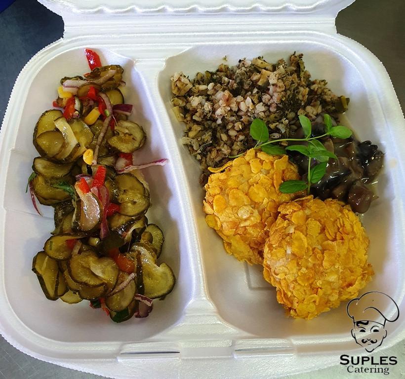 Kotleciki w płatkach kukurydzianych, kasza trendy lunch z warzywami, sałatka