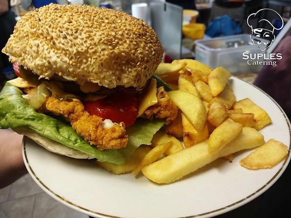 Burger drobiowy z frytkami.jpg
