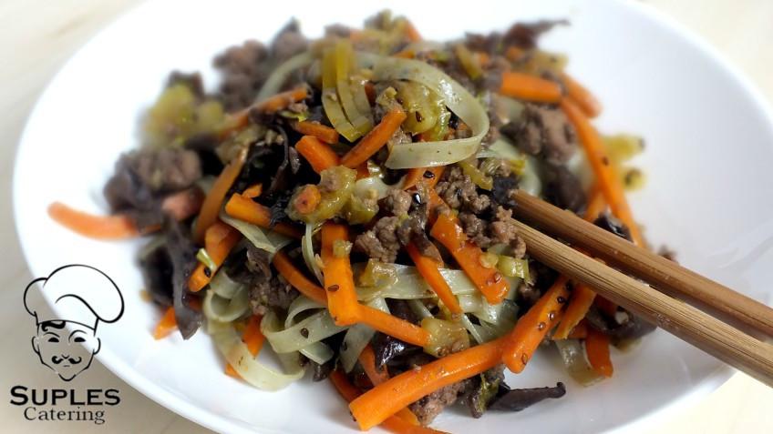 Makaron z warzywami i wołowiną