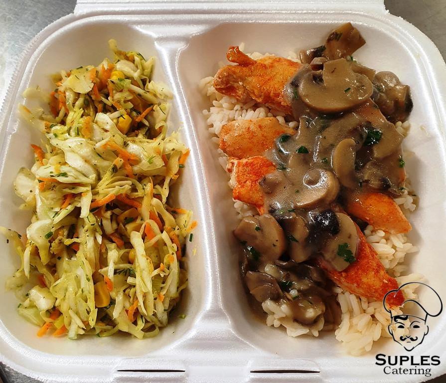 Polędwiczki pieczone z pieczarkami, ryż lub kasza, biała kapusta