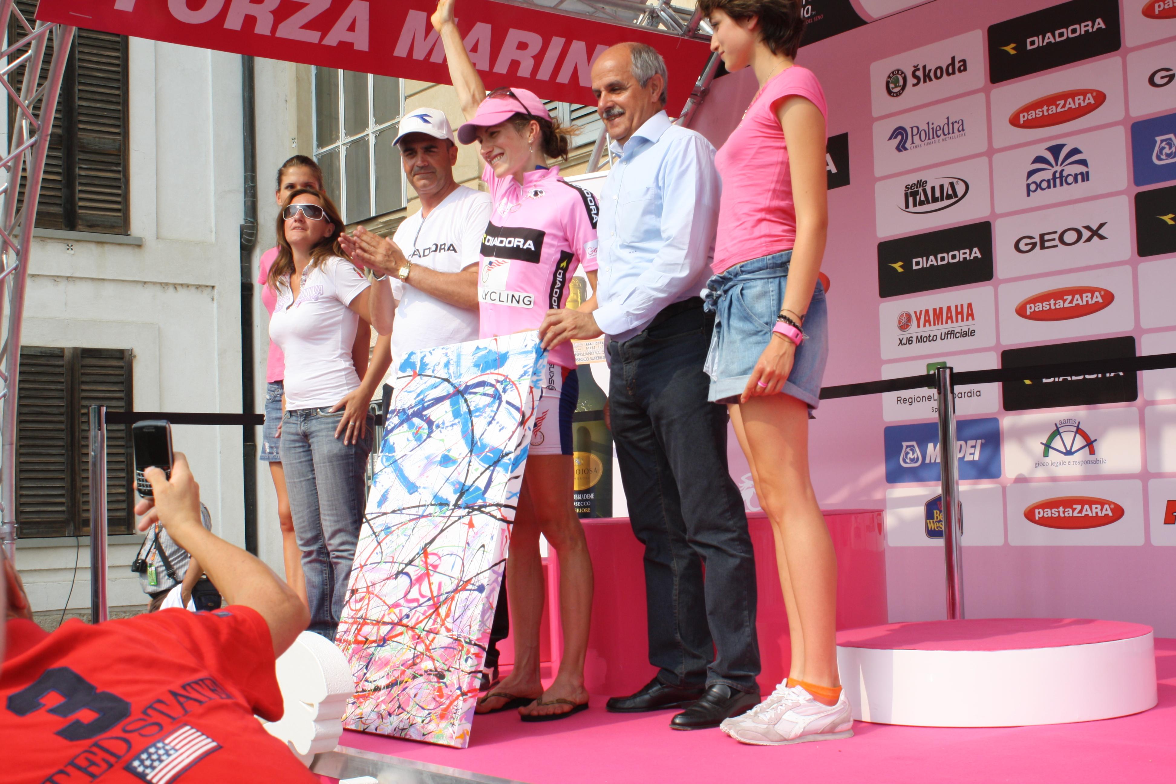 Renato Di Rocco Presidente FCI premia Vincitrice Giro donne