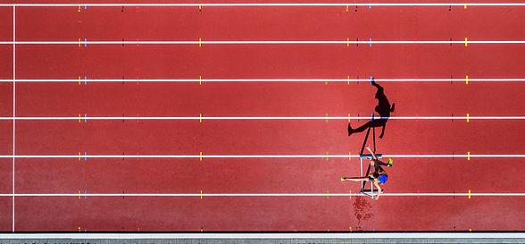 pista atletica con ostacolista