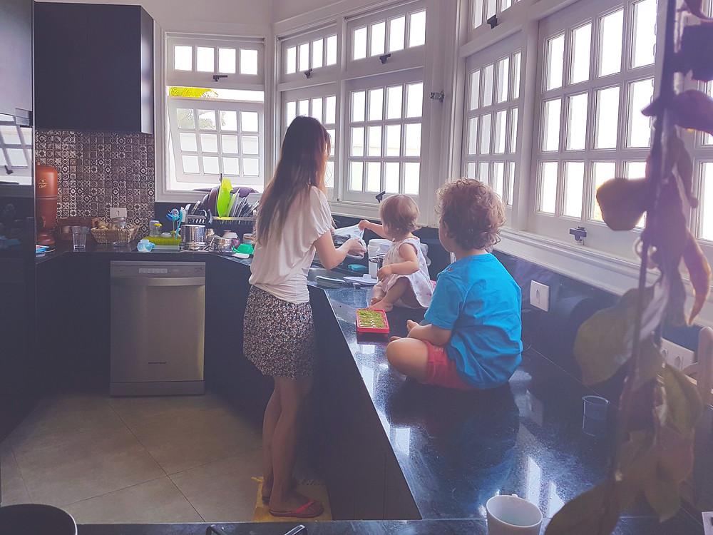 """""""Nossa Black Kitchen!"""" Conheça a historia e a reforma da nossa cozinha com móveis e bancada preta, porém com toque de cor, de madeira, de ladrilhos e amor!"""