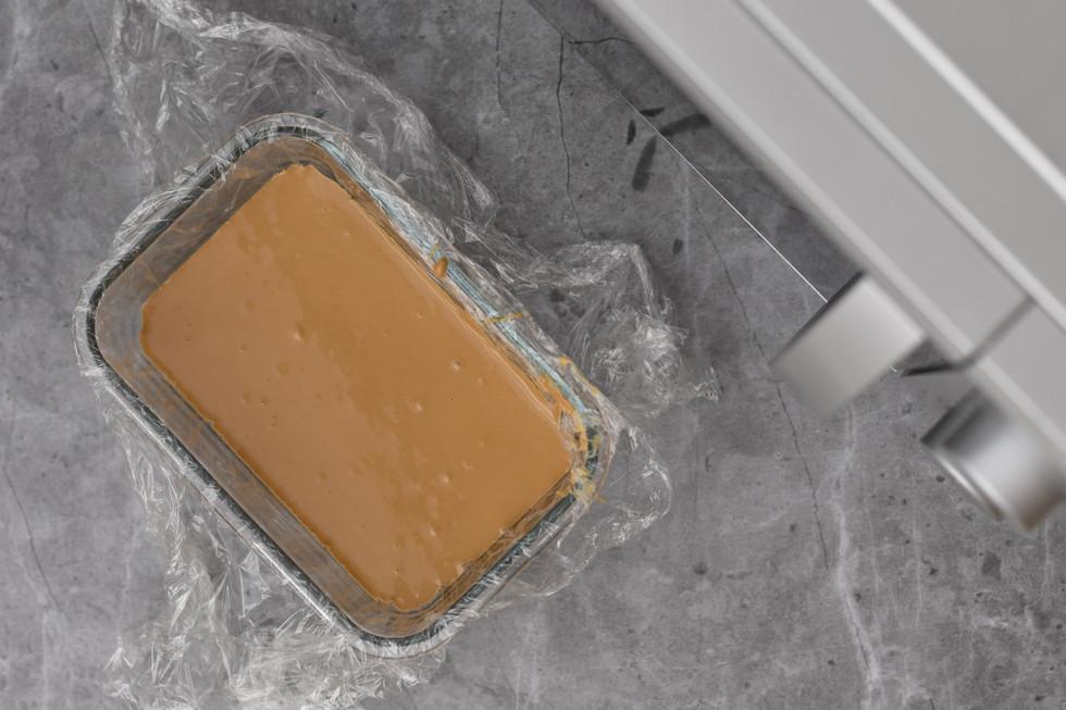 ממש ככה השוקולד מתיישר וכעת נכנס להתמצקות במקרר לכמה שעות או למקפיא לחצי שעה עד שעה