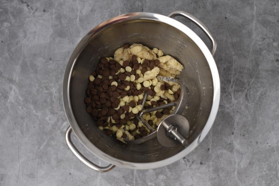 הוספת תערובת השוקולדים