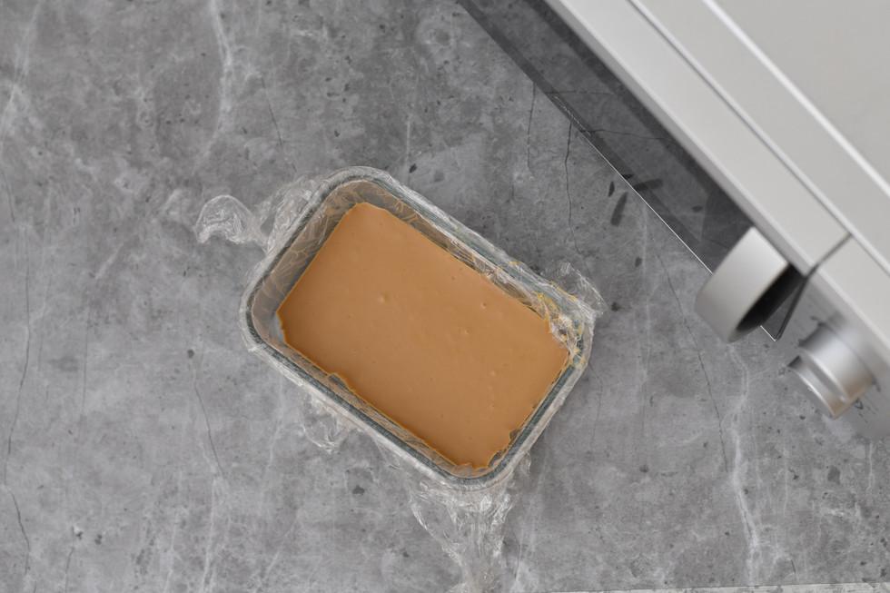 אחרי המקפיא נעזר בניילון הנצמד כדי לשלוף את השוקולד מהקופסה