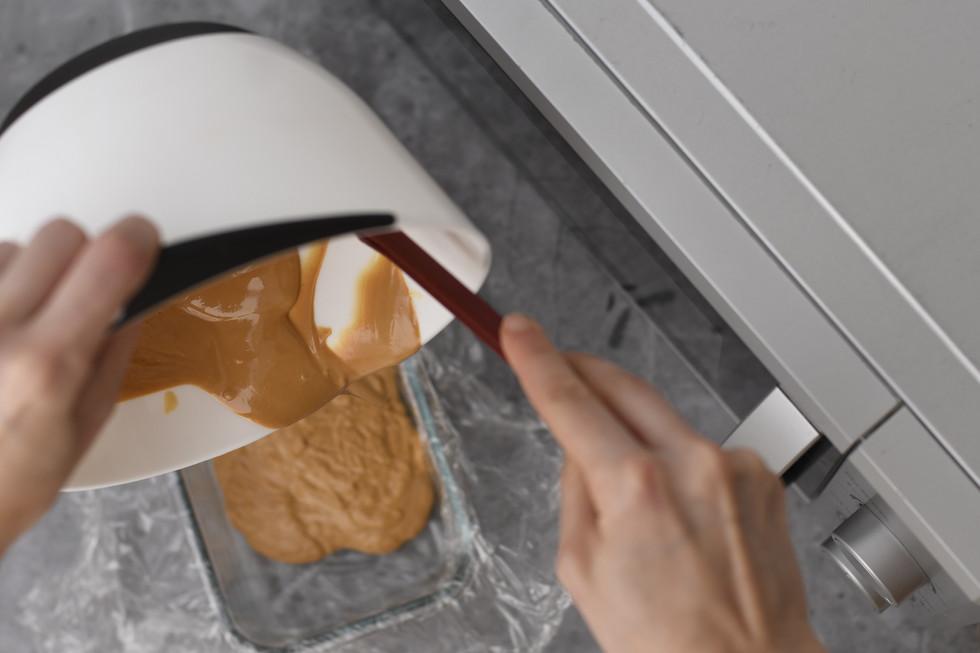 בעזרת הלקקן נרוקן את הקערה מכל השוקולד