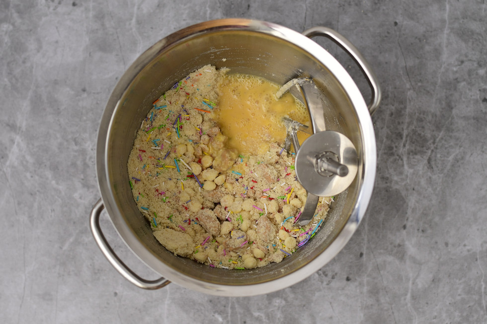 הוספת הביצים עם הוניל לתערובת