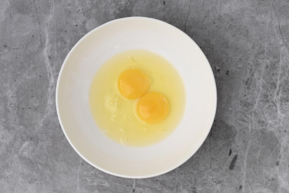 שתי ביצים בקערה נפרדת