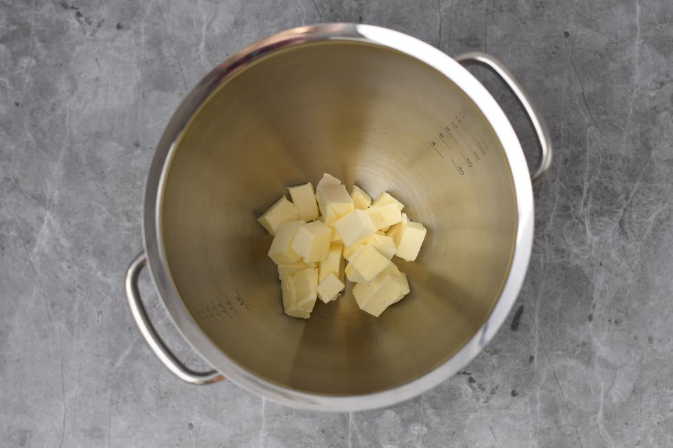 חמאה קרה חתוכה לקוביות