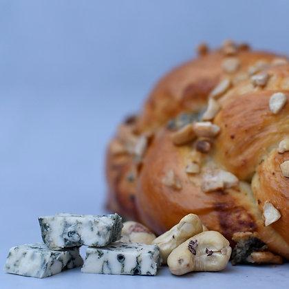 חלת טופינג - גבינה כחולה, קשיו ודבש