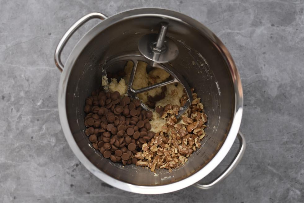 הוספת תערובת השוקולדים והאגוזים