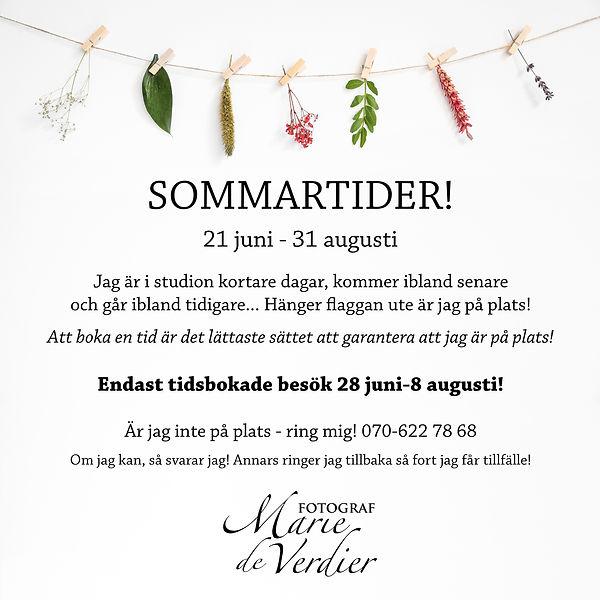 Information om öppettider sommaren 2021, dekorerad med blommor och blad