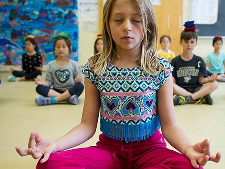 Escola substitui punição por sessões de meditação.