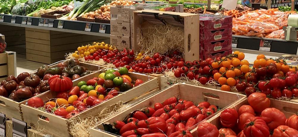 Tomates dans leurs cageots en magasin