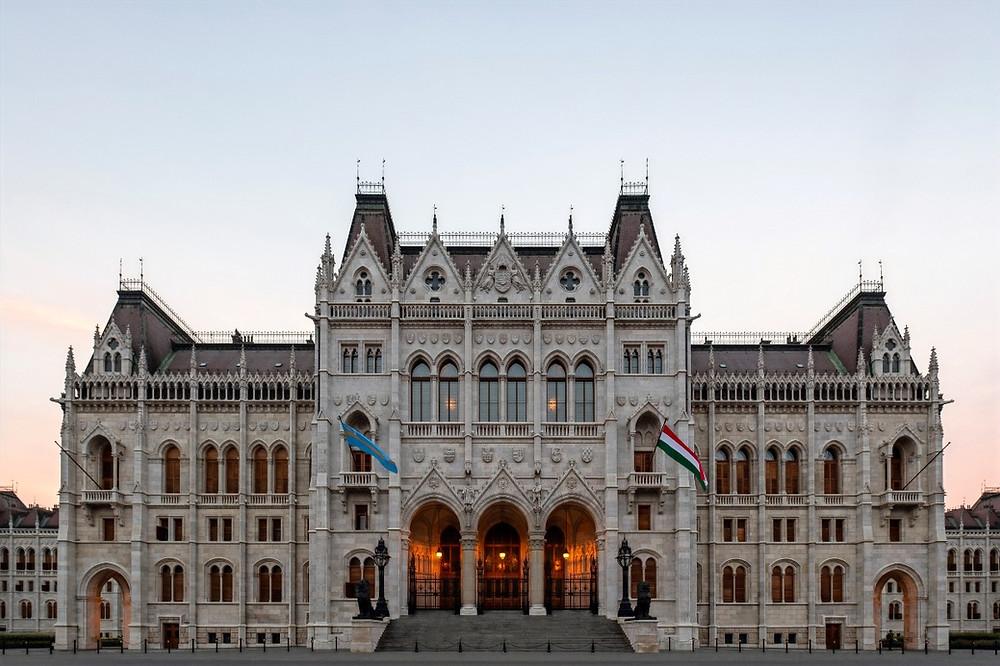 A bejárat felett a tartományok címerei, az ablakok felett a városok, legfelül pedig a magyar középcímer látható az angyalokkal. A fénykép 2018-ban, a legutóbbi csere előtt készült (Fotó: Jules Verne Times Two / julesvernex2.com / Wikipedia)