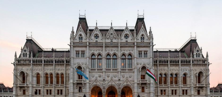 Minek a címerét vésték le már 1902-ben az Országház homlokzatáról?