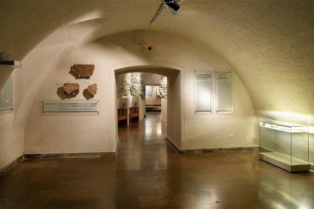 A rejtélyes kőtöredék már a Vármúzeum kiállításán