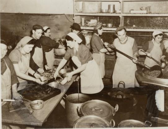 Milano 1948 preparazione del cibo nella cucina per i profughi