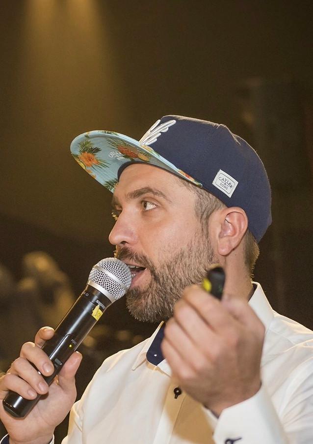 Prowadzący konferansjer Michał Mołotkin