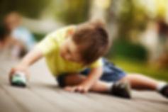ילד משחק עם מכונית צעצוע