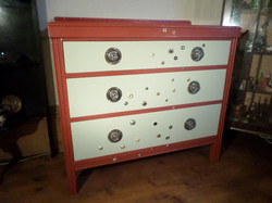 Button decorated chest of drawers