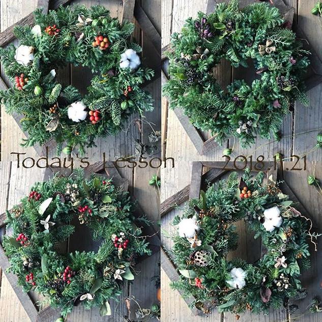 本日のクリスマスリースレッスンの皆様の作品です。_今回はフレッシュ(生)の針葉樹