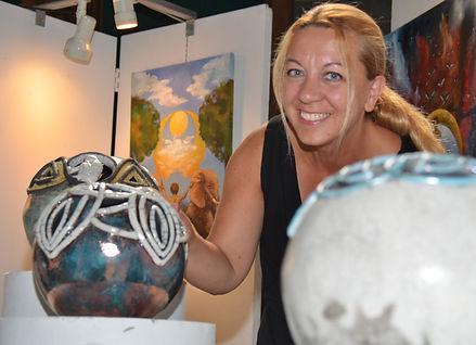Funda Özyer bij haar expositie