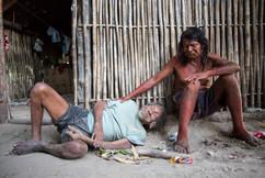 O velho Cupõn (Jose Serafim) com um de seus filhos, Intepcuxy (Sabino). Cupõn tem 90 anos de idade e é o homem mais velho da comunidade. Ele mal ouve ou fala mais. Seu filho Sabino tem problemas com o álcool assim como muitos outros membros da comunidade. Aldeia Krahô Santa Cruz, Tocantins, Brasil, 8/7/2016