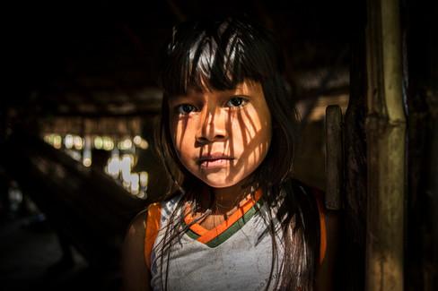 """Menina Krahô. Seu nome é Rékwyj (Flávia). Cada membro do Krahô tem um """"nome branco"""" em adição ao nome Krahô, já que eles têm dois séculos de contato com não-índios. Aldeia Krahô Santa Cruz, Tocantins, Brasil, 8/7/2016"""