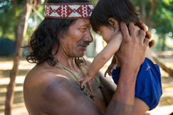 O líder Krahô Corû e sua neta. De acordo com a crença dos nativos, no início éramos todos uma família. Aldeia Krahô Santa Cruz, Tocantins, Brasil, 16/7/2016