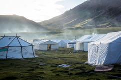 Tendas dos tibetanos que viajaram longas distâncias para se juntar à celebração da entronização de seu líder espiritual Denma Gonsar Rimpoche. Monastério de Denma Gonsar, Kham, Tibet, 2014.