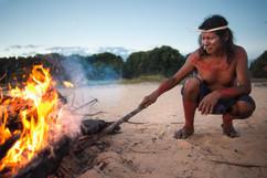 O fogo na praça central da vila, é importante para reuniões e cantos. Na fotografia, o líder Intepcuxy (Sabino). Aldeia de Krahô Santa Cruz, Tocantins, Brasil, 14/7/2016
