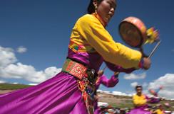 As danças tradicionais tibetanas foram uma grande parte das celebrações da entronização da reencarnação do importante mestre tibetano Denma Gonsar Rimpoche, morto em 2005. Mosteiro Denma Gonsar, Kham, Tibet, 2014.