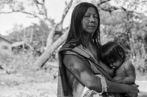 Mãe Krahô posa para foto enquando amamenta. Vila Krahô Santa Cruz, Tocantins, Brasil, 19/7/2016