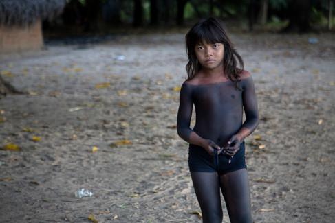 Uma garota Krahô pintada com Jenipapo. Vila Krahô Santa Cruz, Tocantins, Brasil, 19/7/2016