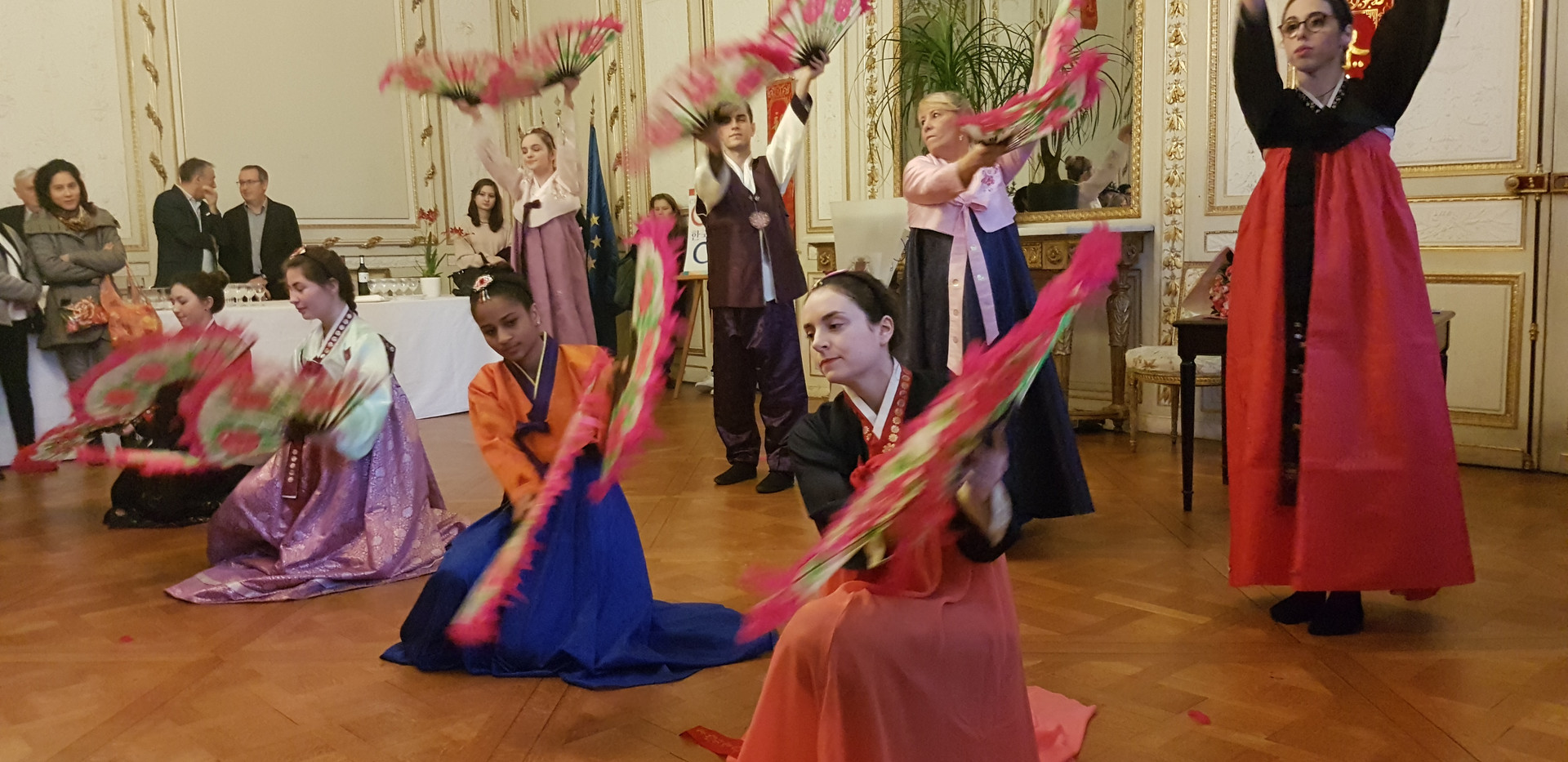 Danse de l'éventail par les membres de Couleur Corée lors de Seollal, à la mairie!