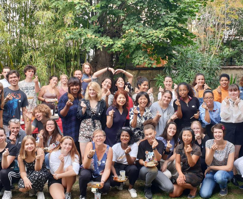 Chuseok 2019 au jardin de l'association. Tout le monde croise les doigts en signe d'amour!