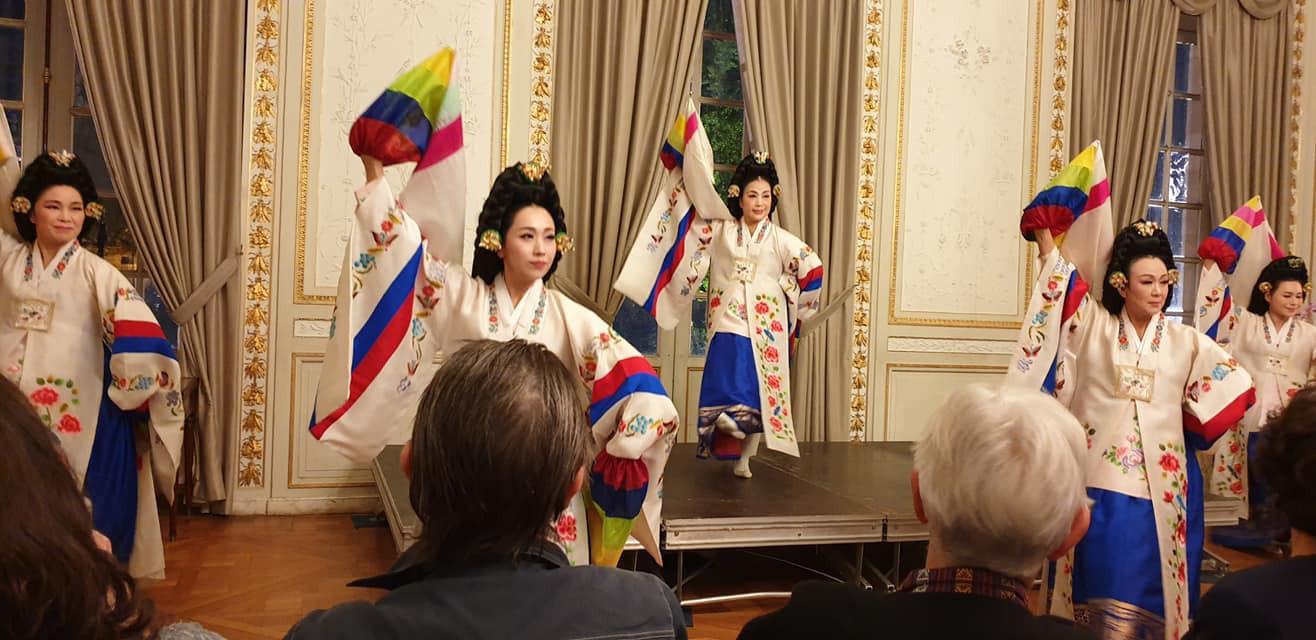 Danse traditionnelle des dames de la cour royale à la mairie, lors de la Quinzaine de l'égalité 2019